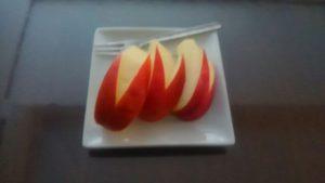 朝は果物 リンゴ美味しい!!