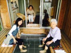 宿で母にとって人生初の足湯(あしゆ)